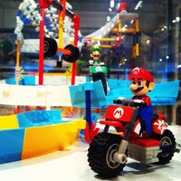รูปภาพถ่ายที่ Nintendo NY โดย Steven B. เมื่อ 9/13/2012