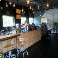 Foto tomada en Dancing Goats Coffee Bar por Rob D. el 8/19/2012