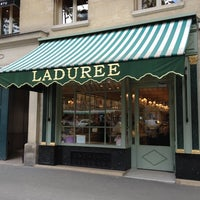 Photo prise au Ladurée Paris Royale par Choonghyun L. le8/30/2012