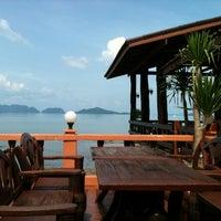 Photo taken at Fresh Restaurant @ Lanta Old Town by มะปราง ศ. on 11/3/2011