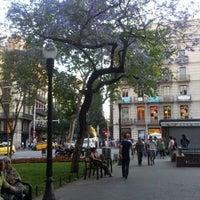 Das Foto wurde bei Plaça d'Urquinaona von Krys4ever .. am 5/31/2012 aufgenommen