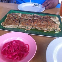Photo taken at Murtabak Mengkasar by Ibrahim A. on 7/4/2012