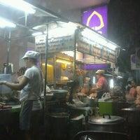 Photo taken at Udomsuk Tomyum Noodle by Jiranun W. on 11/22/2011