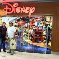 Foto tomada en Disney Store por Rafael Z. el 3/19/2011