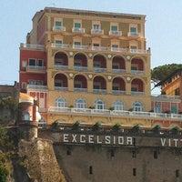Foto scattata a Grand Hotel Excelsior Vittoria da Valerio B. il 8/4/2012