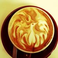Foto tomada en Crave Cafe por Corin H. el 5/19/2012