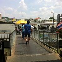 Photo taken at ท่าเรือวังหลัง (ศิริราช) Wang Lang (Siriraj) Pier N10 by Soung i. on 3/10/2012