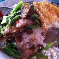 Photo taken at ร้านหอยทอดผัดไทยแยกวัดพลา@บ้านฉาง ระยอง by Nuch N. on 5/16/2012