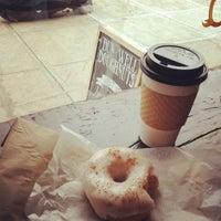 รูปภาพถ่ายที่ Dun-Well Doughnuts โดย Megan E. เมื่อ 2/14/2012