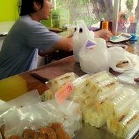 รูปภาพถ่ายที่ ไส้กรอกหมูรมควัน บ้านวงเดือน โดย Piyanart V. เมื่อ 8/26/2012