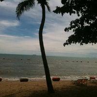 Photo taken at Jomtien Beach by จ้อนน้อย ค. on 8/29/2012