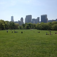Foto tirada no(a) Sheep Meadow por Hiro T. em 4/21/2012