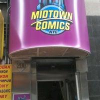 Foto tomada en Midtown Comics por Andres C. el 4/25/2012
