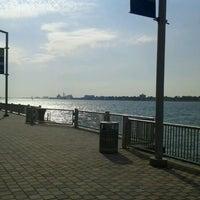 Das Foto wurde bei Detroit RiverWalk von Dimitrious O. am 6/21/2012 aufgenommen