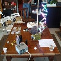 6/21/2012 tarihinde Pip L.ziyaretçi tarafından Ada's Technical Books and Cafe'de çekilen fotoğraf