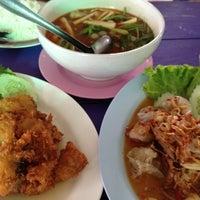 Photo taken at ร้านโรจน์ ซีฟู๊ด บางแสน by Patricia H. on 2/14/2012