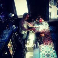 Foto tomada en Collage Art & Cocktails Social Club por Jenny K. el 7/20/2012