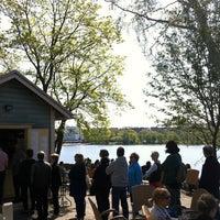 Das Foto wurde bei Sinisen huvilan kahvila von Tiina R. am 5/20/2012 aufgenommen