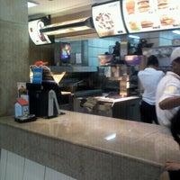 Foto tirada no(a) McDonald's por Julia M. em 6/15/2012