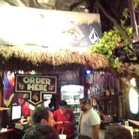 Foto tomada en The Surfin Burrito por Chuy N. el 8/2/2012