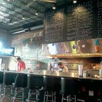 2/18/2012 tarihinde Katrina T.ziyaretçi tarafından Serious Pizza'de çekilen fotoğraf