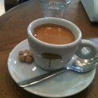 Foto diambil di Caffè Latte oleh Marilia A. pada 9/4/2012