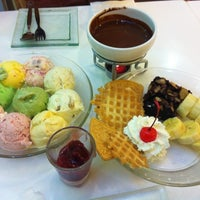 Photo taken at Swensen's by ✨Krit✨ T. on 3/7/2012