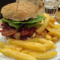 Снимок сделан в Gourmet Burger Kitchen пользователем Jon T. 4/12/2012