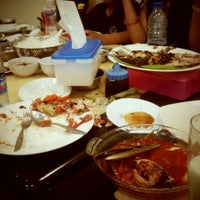 Foto tomada en RM Seafood Losari por iLa f. el 8/7/2012