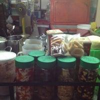 Das Foto wurde bei ปังเย็นร้านเจ๊ก้อย : ตลาดโต้รุ่งสัตหีบ von Sopita S. am 7/24/2012 aufgenommen
