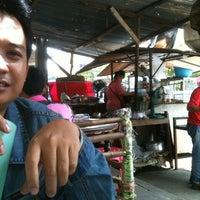 Photo taken at ร้านบัง เนื้อย่างในตำนาน by Highwaycat R. on 5/5/2012