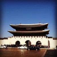 Photo taken at Gwanghwamun by 超スナフキン2 on 2/19/2012