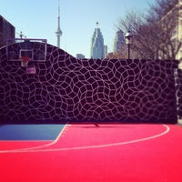 Foto tirada no(a) David Crombie Park Basketball Court por HUDDLERS em 6/11/2012