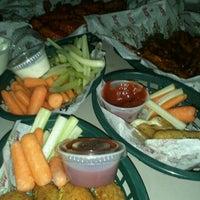 Foto tomada en Wings Army por Dafne R. el 3/16/2012