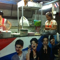 Photo taken at Wat Pho Duck Noodle by Sirirush S. on 5/2/2012