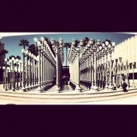 4/29/2012 tarihinde Zachary F.ziyaretçi tarafından Urban Light at LACMA'de çekilen fotoğraf