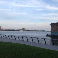 Foto tomada en Race Street Pier por Zay el 5/12/2012