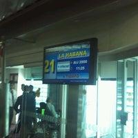 Foto tomada en Sala/Gate 21 por Rolando O. el 4/13/2012