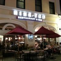 Photo prise au Nine-Ten Restaurant and Bar par Leon C. le9/3/2012