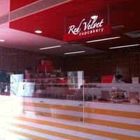 Das Foto wurde bei Red Velvet Cupcakery von Niny A. am 2/11/2012 aufgenommen