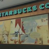 Foto tirada no(a) Starbucks por Adri A. em 6/8/2012