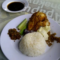 Photo taken at Ayam Lepaas by Indra H. on 7/10/2012