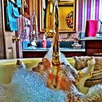 Photo taken at nella vasca da bagno, ascoltare musica, prendendo le mie preoccupazioni lontano by Drew on 9/2/2012
