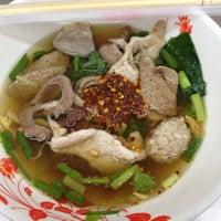 Photo taken at เกาเหลาเลือดหมู หมูทอง by 🍒ɱƲᎯϓ🌵 on 7/31/2012