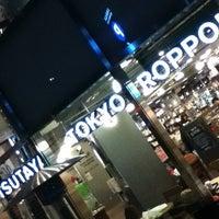 Das Foto wurde bei TSUTAYA TOKYO ROPPONGI von Katsuhito W. am 4/6/2012 aufgenommen