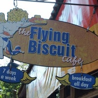 Foto tomada en The Flying Biscuit Cafe  por Tamara J. el 4/7/2012