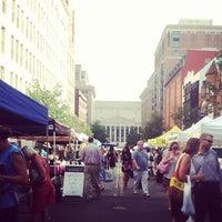 Foto tomada en Penn Quarter FRESHFARM Market por Alexi F. el 7/26/2012