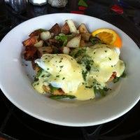 Foto tomada en Bridges Cafe & Catering por MacBeth P. el 5/15/2012