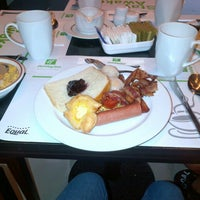 Photo taken at The Restaurant. Holiday Inn by Sledge A. on 8/7/2012