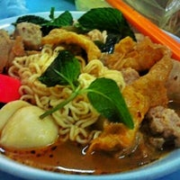 Photo taken at Raja Uda Famous Kwang Hwa Tom Yam Noodle by sern w. on 2/17/2012